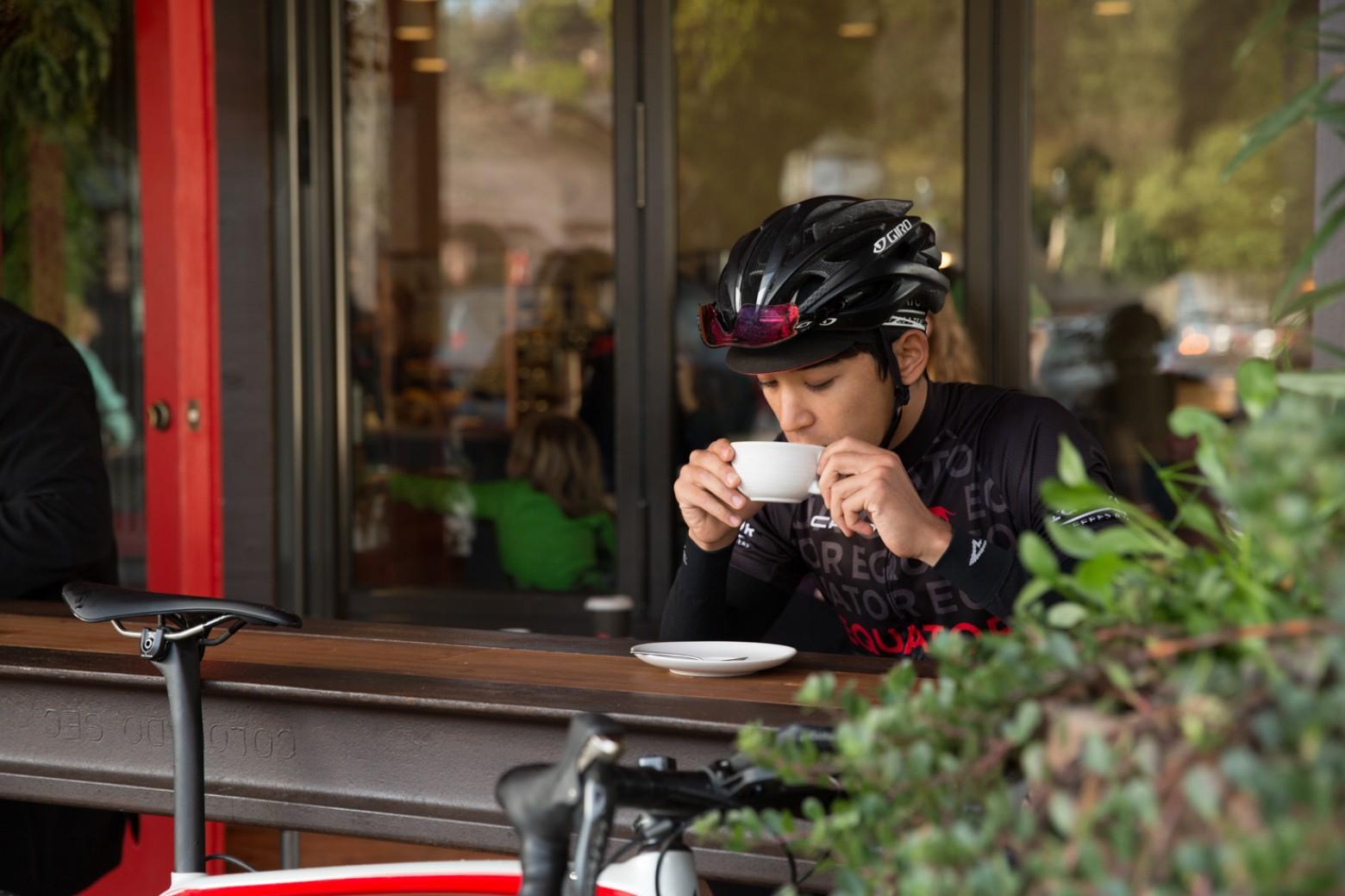 Ciclista tomando café